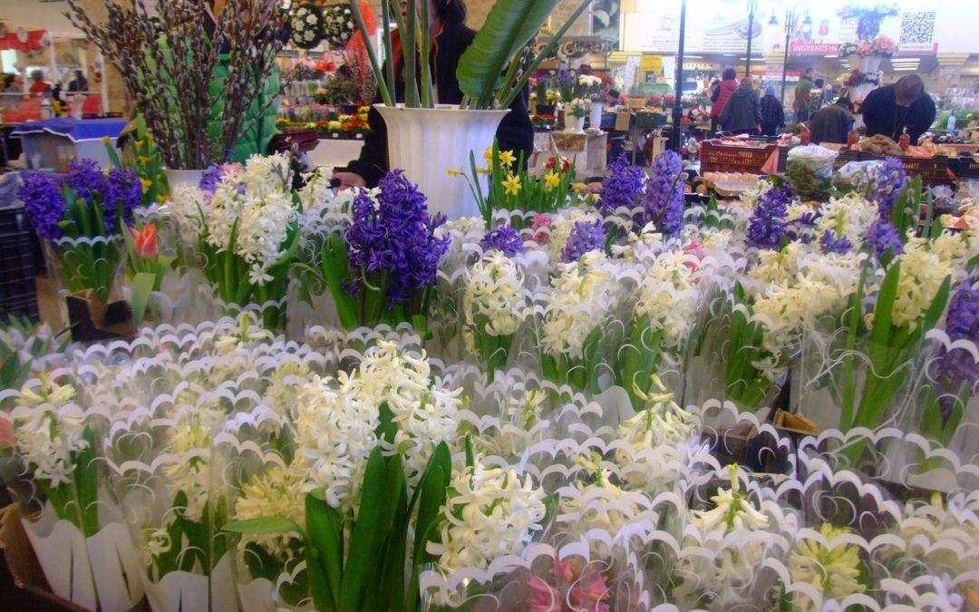Nőnapi virágkínálat a piacon