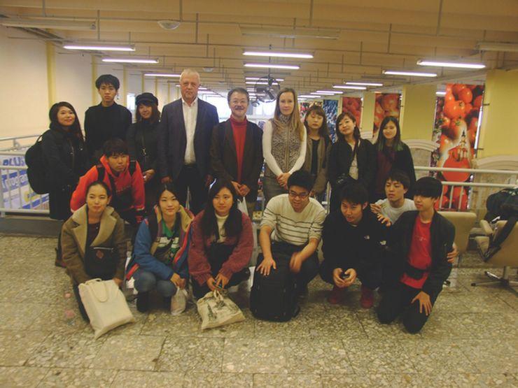 Japán egyetemisták látogatása a piacon